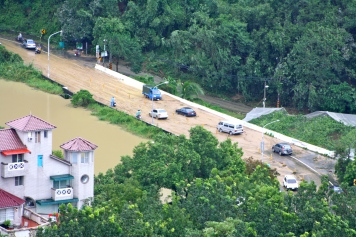 The reservoir overflowed onto the road, and cars were stuck for hours.