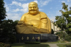 Ashleigh & Munchkin are standing right in front of the Buddha to give perspective on its size.